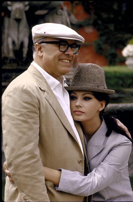 Carlo Ponti e Sophia Loren em sua casa de campo, 1964 (460x700, 110Kb)