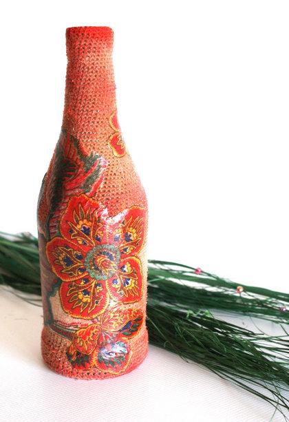 Бутылка обвязанная с декупажем.  Бутылка из-под вина.  Обвязана плотно пряжей и крючком, тонирована красным цветом.