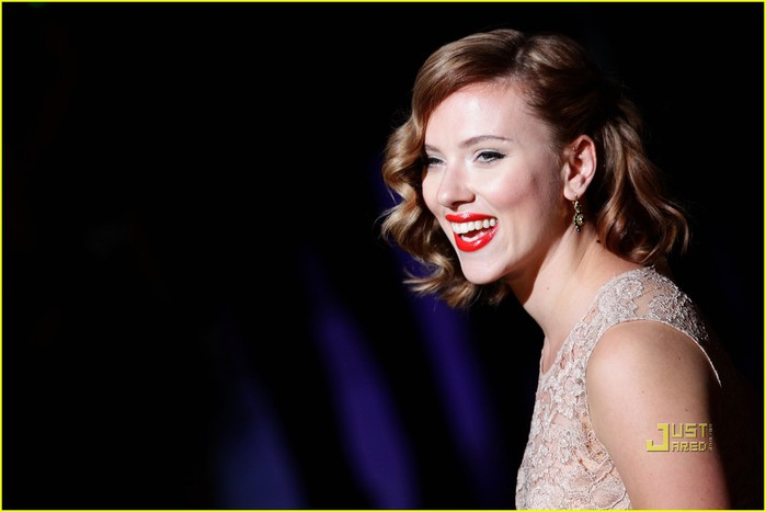 scarlett-johansson-dolce-and-gabbana-milan-fashion-week-07 (700x467, 43Kb)