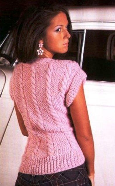 Нежный розовый жилет. вязание спицами жилета.