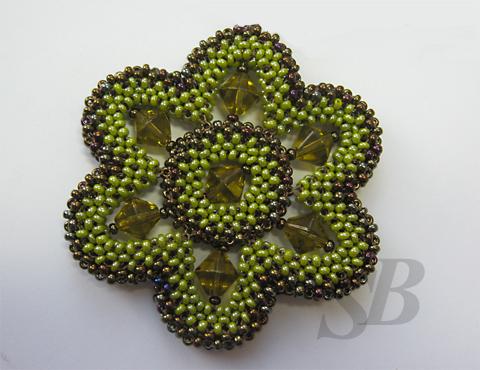 1. Сплетите из зеленого бисера 17 кубиков квадратного шнура и замкните в круг с помощью 18-ого кубика.