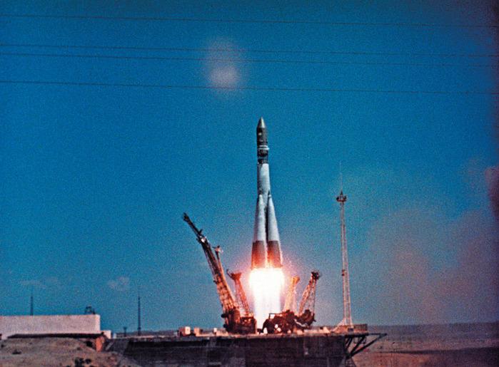 """Старт космического корабля  """"Восток-1 """" ."""