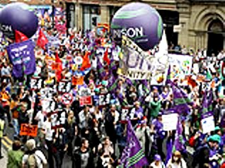 Англия - демонстрация протеста 1 (318x238, 37Kb)