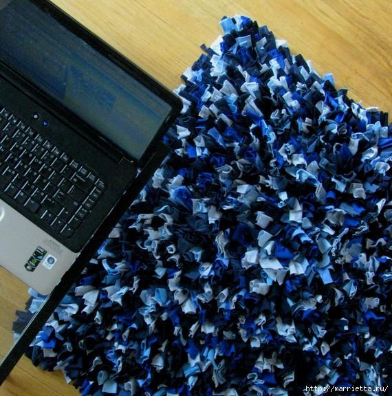 А как приятно когда такой коврик из лоскутков делаешь своими... нарезаем...