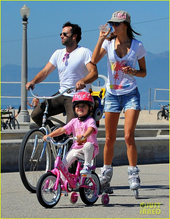 alessandra-ambrosio-family-biking-01 (545x700, 134Kb)