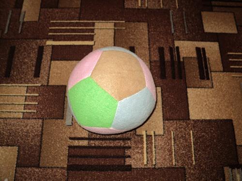 Футбольный мячик можно сшить, а можно и связать.  Ниже - несколько вариантов выкройки и схема вязания.