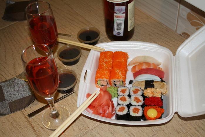 Фото суши и вино на столе