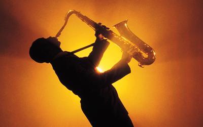 Люблю.  Хочу целоваться под саксофон в одних наушниках на двоих.