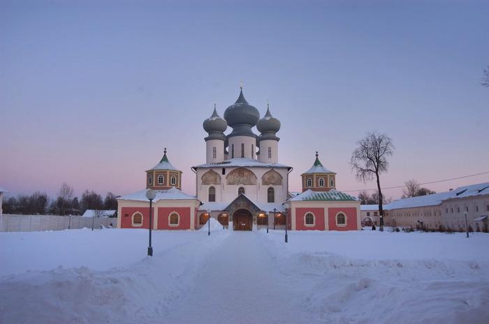 pavlovsk_tikhvin_saint-uspensky_monastery_tikhvin_leningrad_region (700x465, 63Kb)