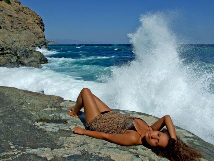 волны море девушка (700x525, 367Kb)