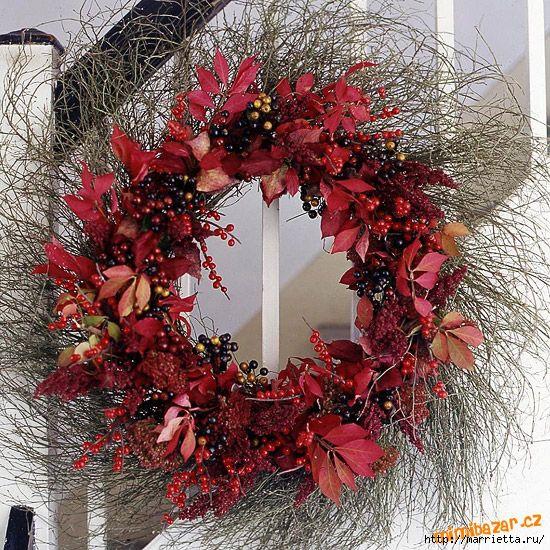 Этот невероятно красивый венок состоит из трех составляющих: ветки, искусственные ягоды и листья.