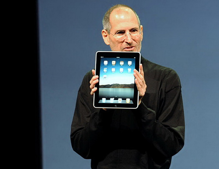 800px-Steve_Jobs_with_the_Apple_iPad_no_logo (700x538, 54Kb)