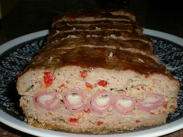 Мясной рулет с ветчиной и сыром.