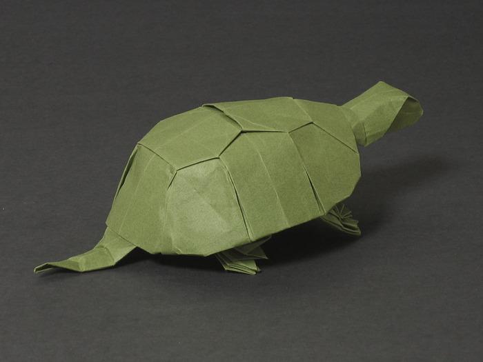 Еще одна интересная модель оригами.  На этот раз черепаха из бумаги от Jhon Szingera.  На первый взгляд кажется, что...
