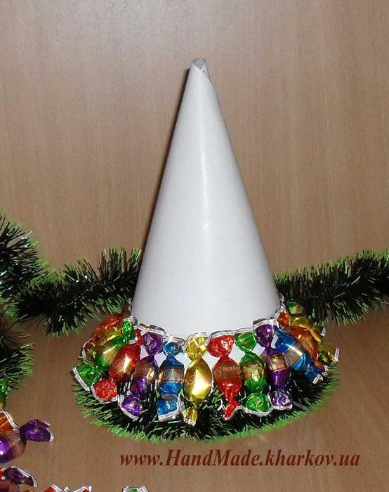 Ёлочка из конфет безусловно будет сладким оригинальным украшением на праздничном новогоднем столе.