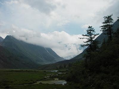 Гора Белуха в тучах. (400x300, 25Kb)