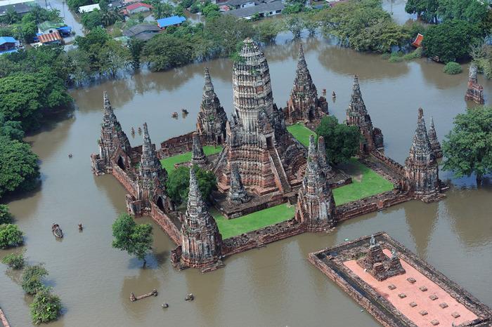 Затопленный храм Ват-Чайваттханарам в древней провинции Аюттхая Храм является объектом Всемирного наследия ЮНЕСКО Christophe Archambault AFP Getty Images (700x466, 167Kb)