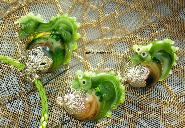 645. Комплект ДРАКОША ГОША ( символ нового 2012 года) - серьги + кулон, стекло, ручная работа на заказ (600x416, 138Kb)