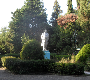 Памятник Ленину в пансионате Морская Даль (353x316, 250Kb)
