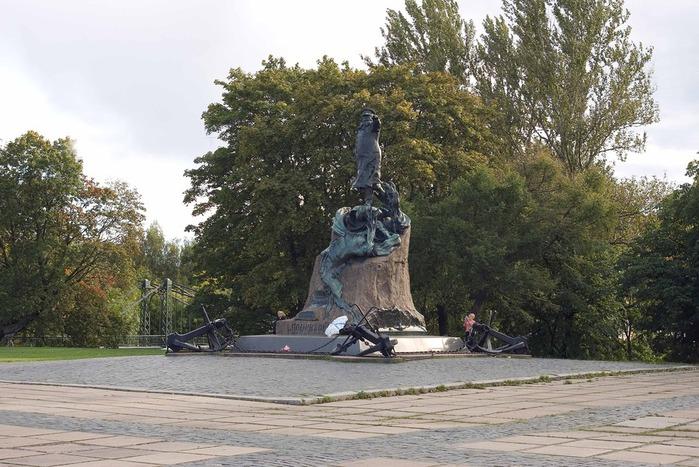 Памятник Адмиралу Макарову (700x467, 136Kb)
