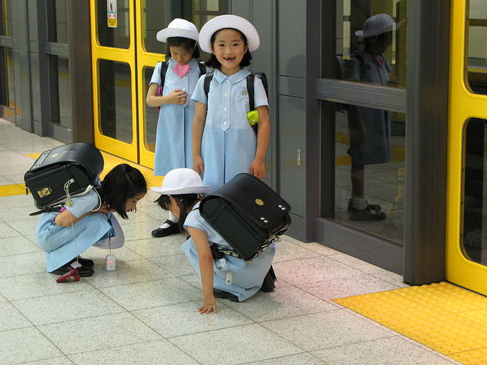 3035399_800pxLittle_japanese_girls_wearing_sailor_fuku_uniforms (700x525, 75Kb)