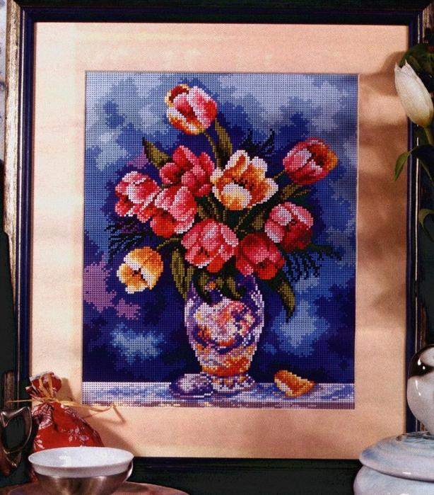 тюльпаны на мрачном фоне карт (614x700, 377Kb)