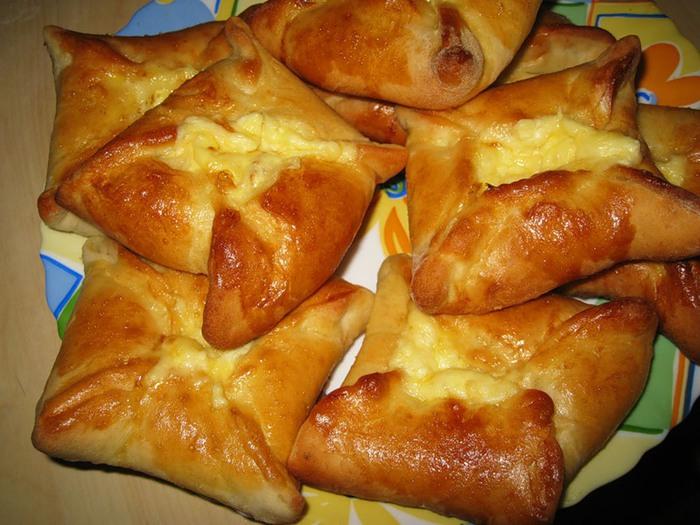 Хачапури с сыром из слоеного теста 1 фотография