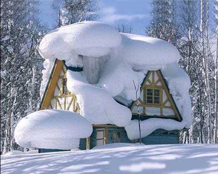 зима-дом под шапкой снега (700x561, 81Kb)