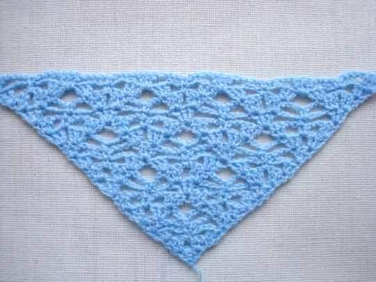 Вот наиболее простые схемы вязания шали крючком для начинающих.