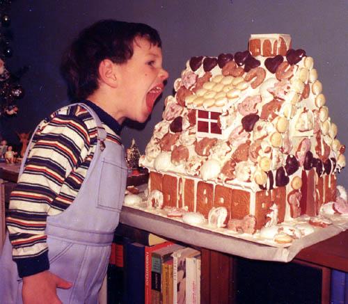 1976_Mark_&_his_gingerbread_house-thumb-560x489 (500x437, 59Kb)