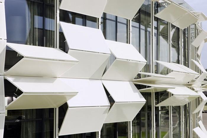 Креативный фасад дома из белых жалюзей