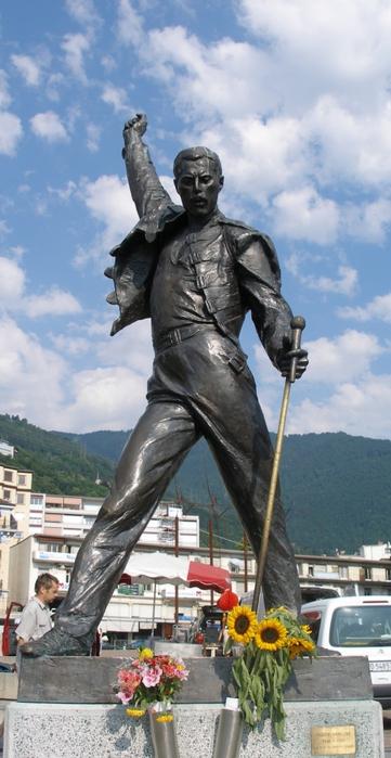 4509942_Freddy_Mercury_Statue_Montreux (361x700, 210Kb)