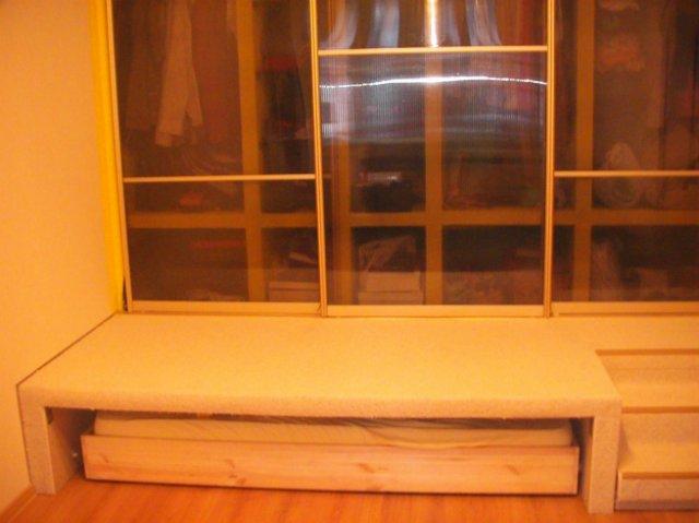 на подиуме шкаф для одежды, под ним кровать для ребенка, ее шиирина около 90см, глубина шкафа от45 до 60см.
