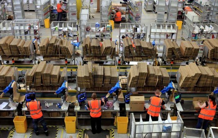 На складе интернет-магазина Amazon.com 02 (700x444, 83Kb)