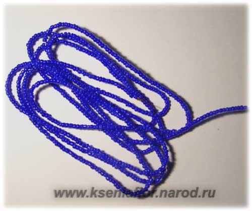 Весь бисер синей окраски нужно нанизать на медную проволоку.