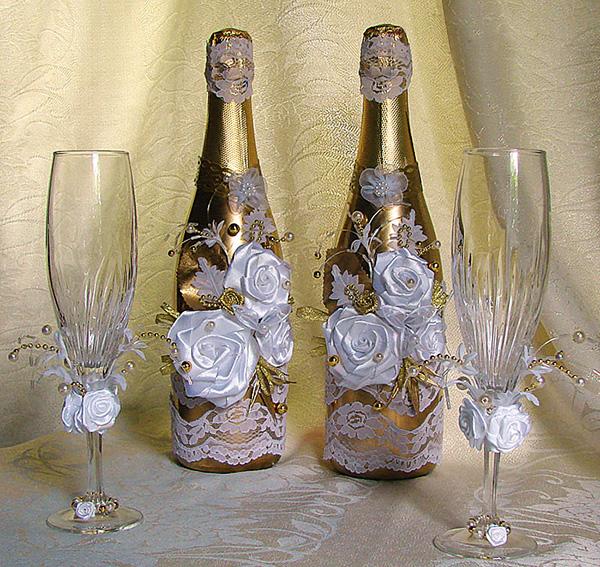Для украшения свадебных бокалов можно использовать ленты, акриловые краски, цветы живые и цветы искусственные, бисер...