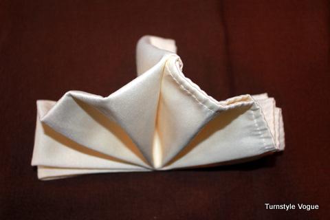 Смотреть Складывание салфетки для сервировки стола видео