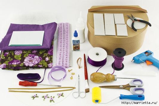 Для работы понадобится картонная коробка, ткань, кружева, клей, ножницы, ленточки, кружева, зеркальце, поролон.