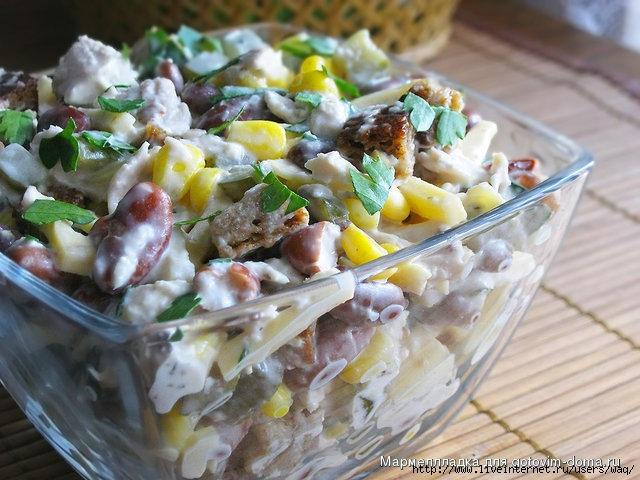 Салат из курицы с фасолью и солеными огурцами рецепт