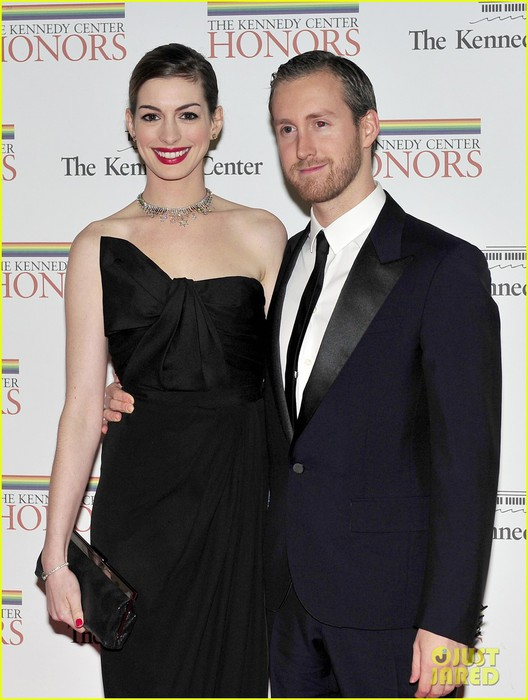 anne-hathaway-adam-shulman-kennedy-center-honors-03 (528x700, 83Kb)