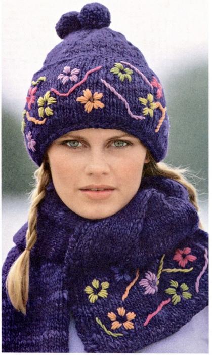 Шапка и шарф с цветочной вышивкой.