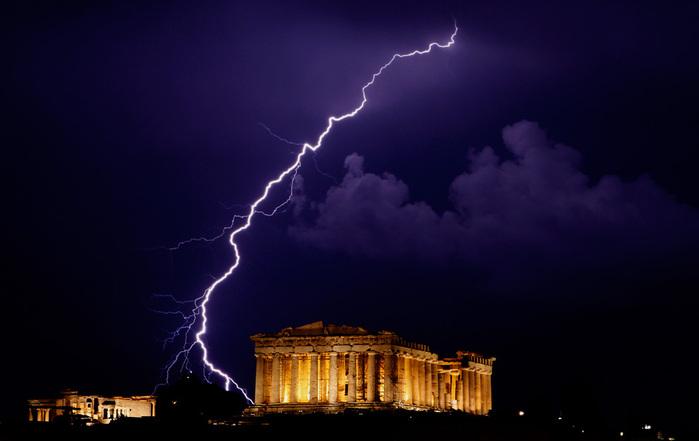 молния возле храма (700x441, 64Kb)
