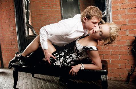 Блондинка и связанный парень