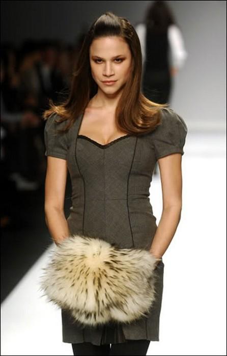 Меховая муфта - модный аксессуар этой зимы