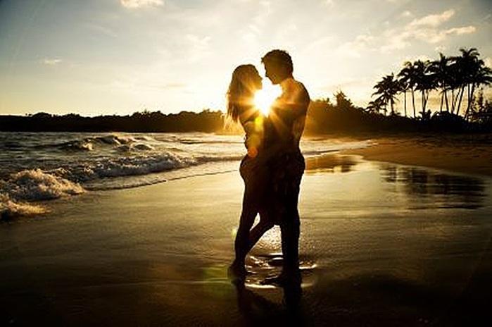 Рыжая девушка целуется с парнем фото со спины 17 фотография