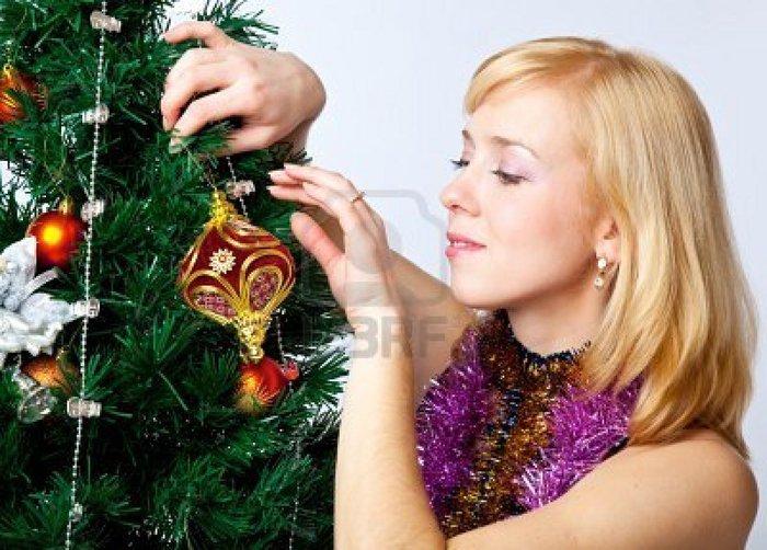 7691996-girl-near-christmas-fir-tree (700x502, 87Kb)