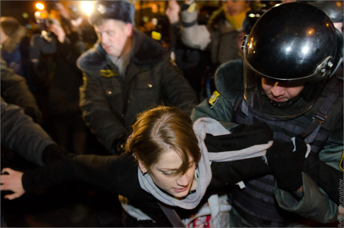 полиция девушка митинг (700x464, 111Kb)