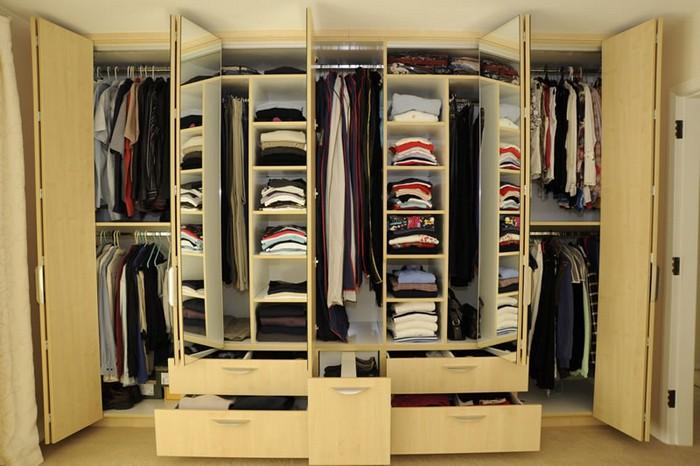 Компактный гардероб: идеи для хранения одежды..