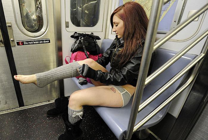 Акция в метро и на работу без штанов