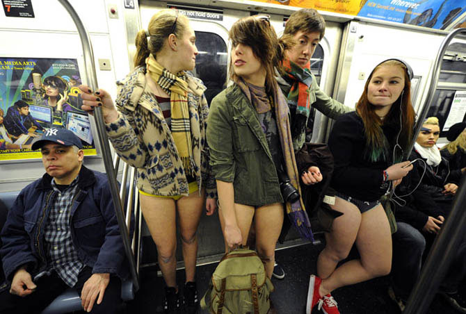 в метро без штанов 13 (670x452, 81Kb)